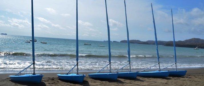 Costa Rica Sailing Center - Bateaux sur la plage
