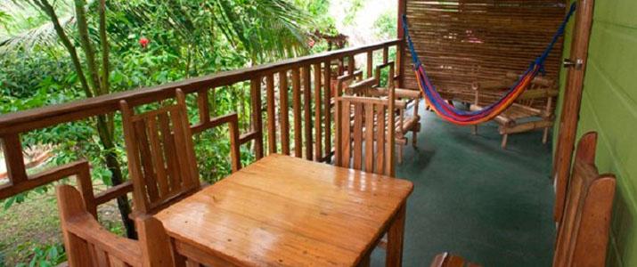 Blue Conga Caraïbes Sud Puerto Viejo de Talamanca terrasse en bois avec hamac chaises et table