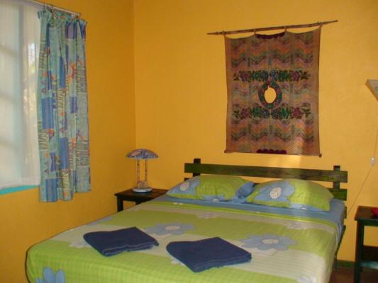 Cabinas Guarana Caraïbes Sud Puerto Viejo de Talamanca chambre lit double décoration colorée