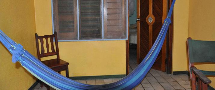 Coin détente Cabinas Guarana Caraïbes Sud Puerto Viejo de Talamanca hamac tables chaises cuisine comune