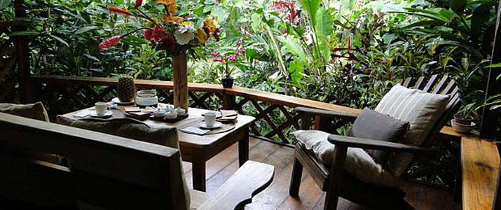 Terrasse de casitas Moabi Caraïbes Sud Puerto Viejo de Talamanca Playa Cocles pour prendre son petit déjeuner, en bois