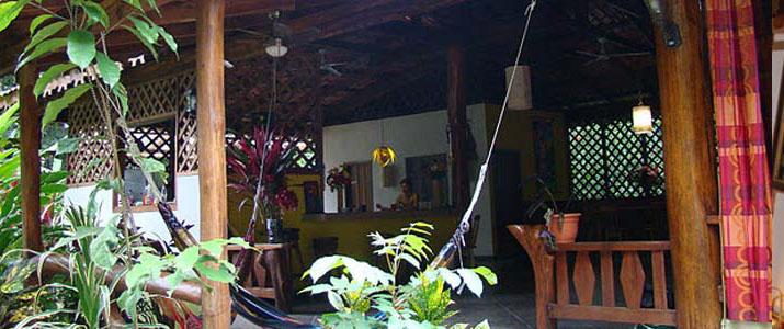 Coin détente de casitas moabi Caraïbes Sud Viejo de Talamanca Playa Cocles avec hamac terrasse en bois végétation