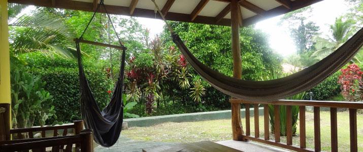 Coco Loco Lodge Caraïbes Sud Puerto viejo de Talamanca coin détente avec hamacs terrase en bois au milieu de la végétation sur une terrasse en bois