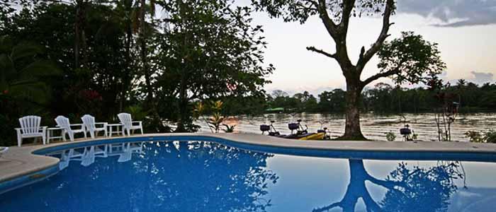Hotel Manatus Tortuguero piscine chaises détente mangrove nature