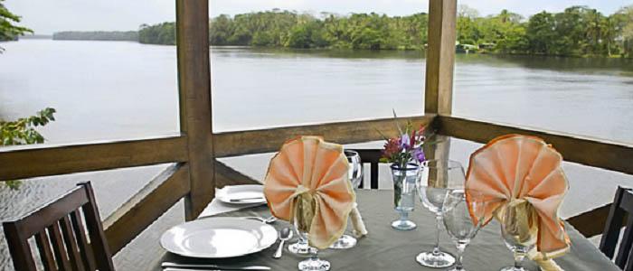 Hotel Manatus Tortuguero terrasse bois vue mangrove repas couple