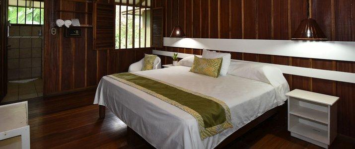 Mawamba Lodge - Tortuguero chambre spacieuse suite lits doubles bois luxueux