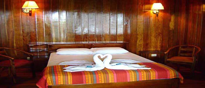 Hotel Miss Junie's Iguana Verde chambre bois lit double chaises