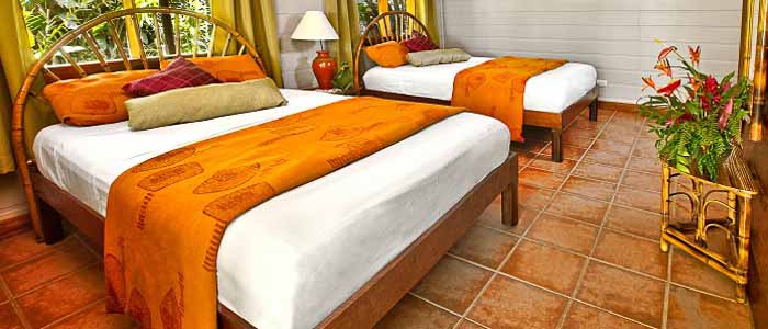 Pachira Lodge Tortuguero chambre spacieuse lits doubles bois plantes fenêtres