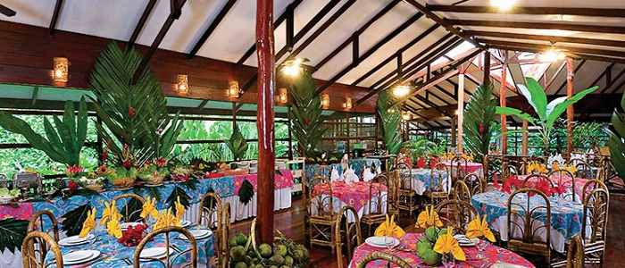 Pachira Lodge Tortuguero restaurant bois buffet tables