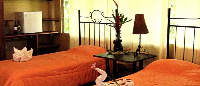 Hotel Rana Roja chambre deux lits simples fenêtres fleurs