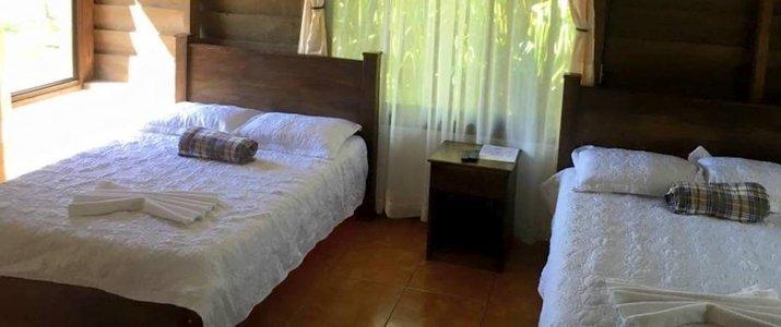 Colinas del Miravalles - Chambre bois lits fenêtres