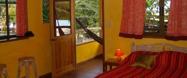 lit, chaleureux, frigo, lampe, hamac, rideau, terrasse, table de nuit, hôtel, cabinas, pavones, pacifique sud, surf, plage