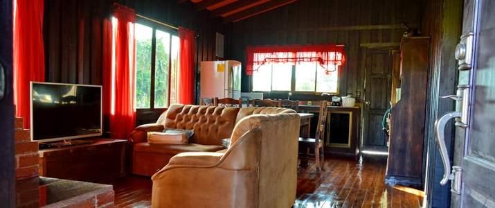 Canapé, table, télévision, chéminée, bois, parquet, frigo, chaleureux
