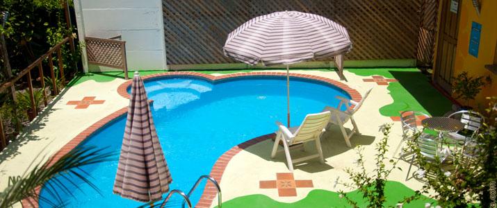 Las Casa de Las flores Caraïbes Sud Cahuita Piscine parasol chaise longue soleil jardin