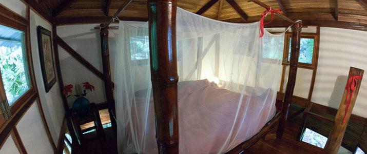 El arbol Caraïbes Sud Manzanillo maison dans les arbres chambre lit avec moustiquaire bois